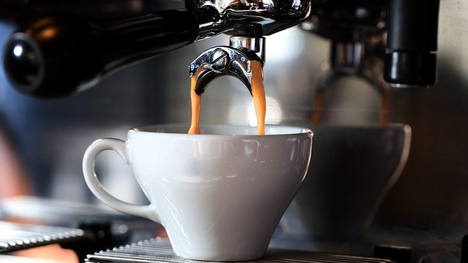 Koffie onder koffiemachine