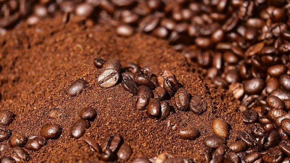 Koffiebonen en gemalen koffie bij elkaar