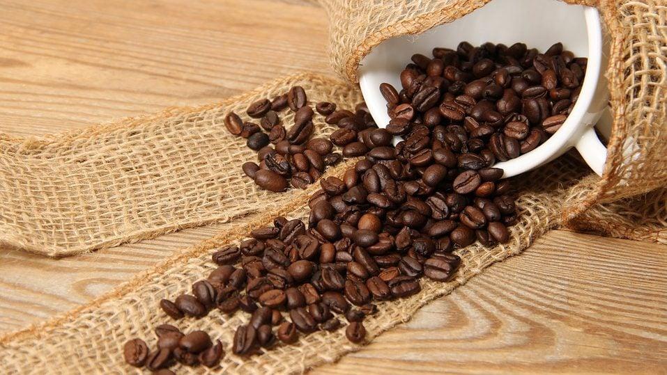 Koffiebonen uit mok
