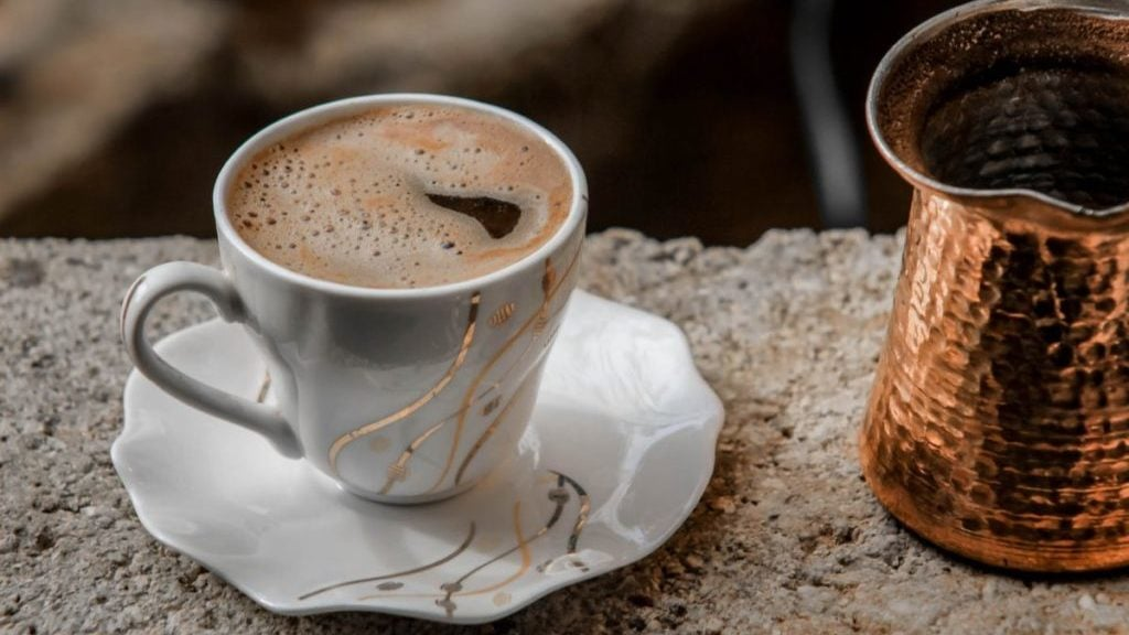 Koffie in een wit-goud kopje