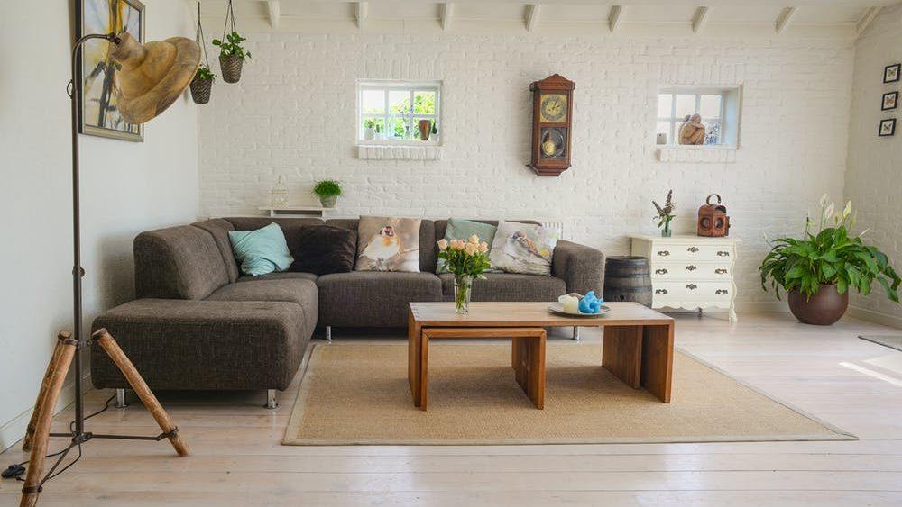 Nette huiskamer met witte muren