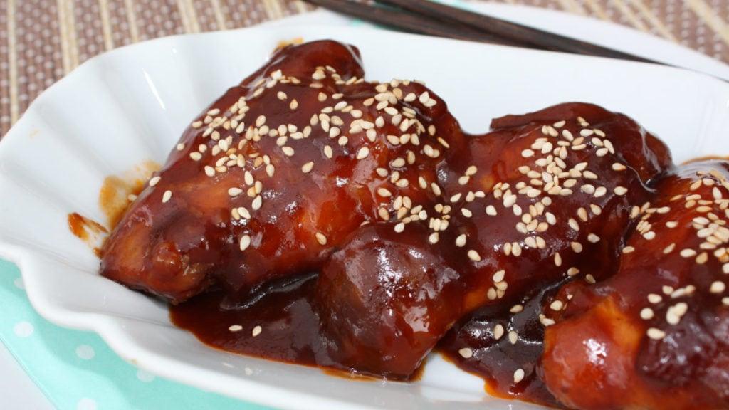 Pittige kippenvleugeltjes met saus op een bordje