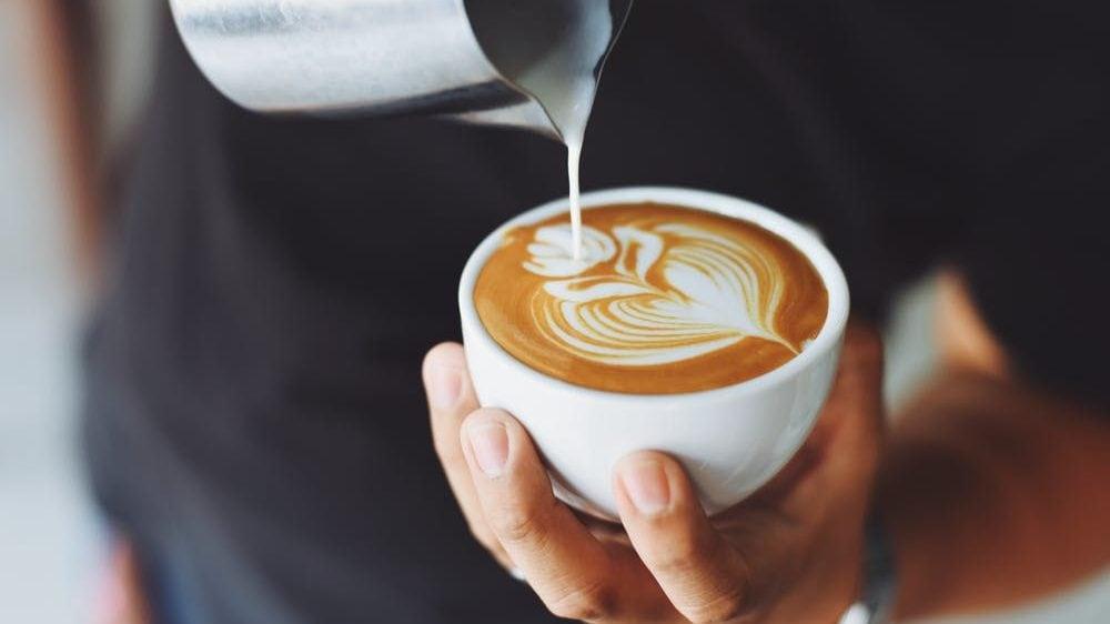 Melkschuim op kopje koffie, bovenaanzicht