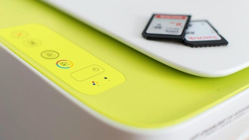 Geel bedieningspaneel met SD-kaartjes op de printer