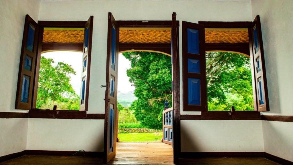 Huis met deuren en ramen open