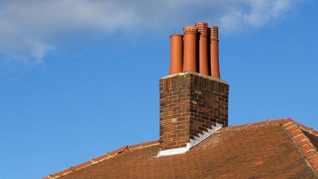 Schoorsteen op dak, zij-aanzicht