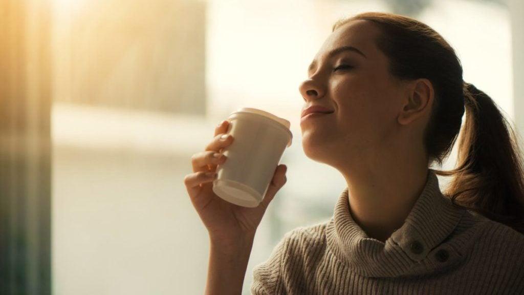 Vrouw geniet van koffie