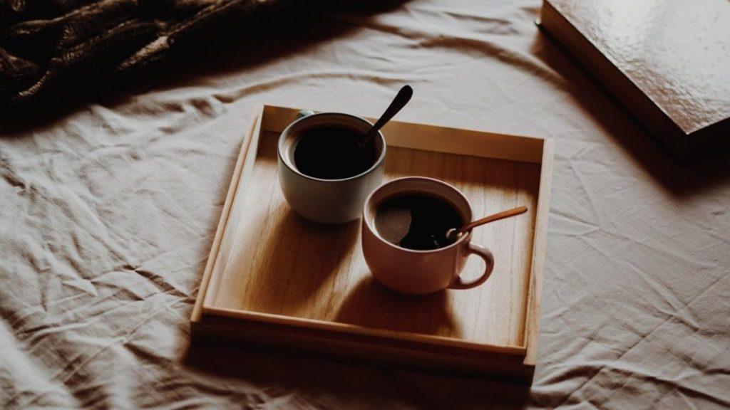 Kopjes koffie op dienblad