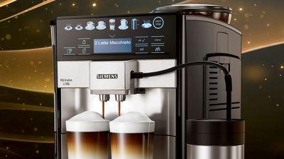 Siemens EQ6 met twee koppen koffie, vooraanzicht