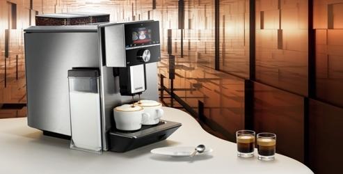 Siemens EQ9 op tafel met twee kopjes koffie