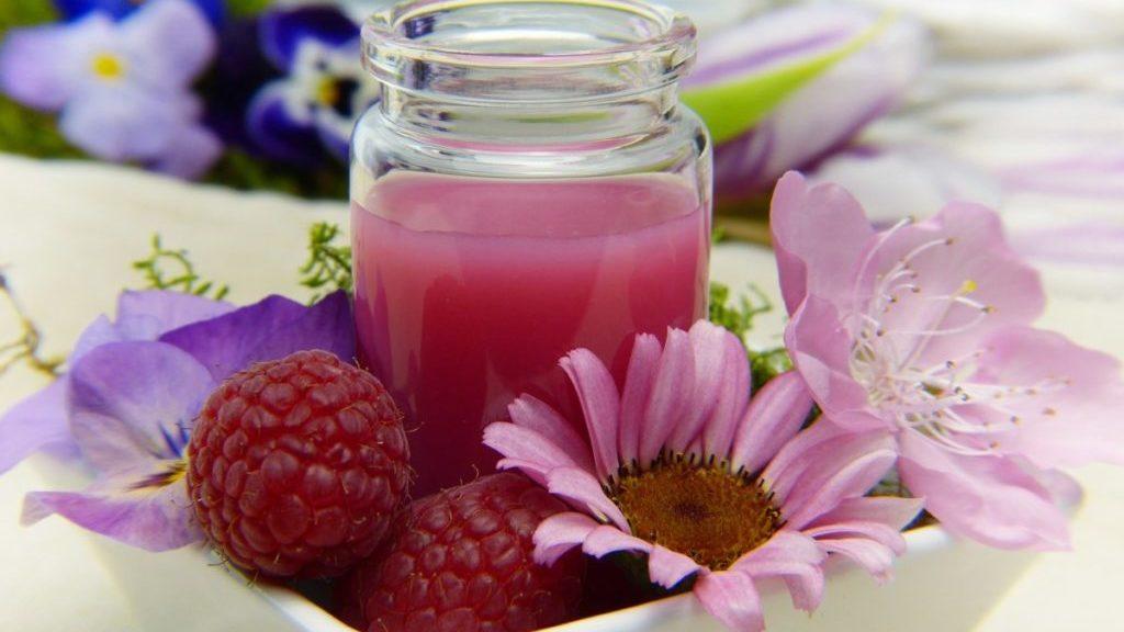 Smoothie in schaaltje met frambozen en bloemen