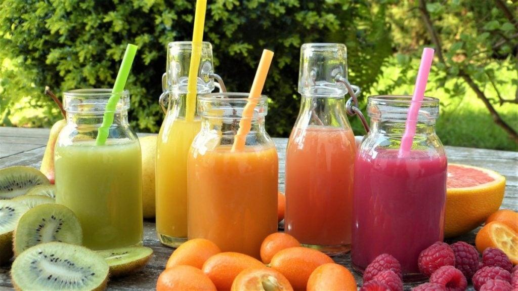 Kleurrijke smoothies op een rij, vooraanzicht