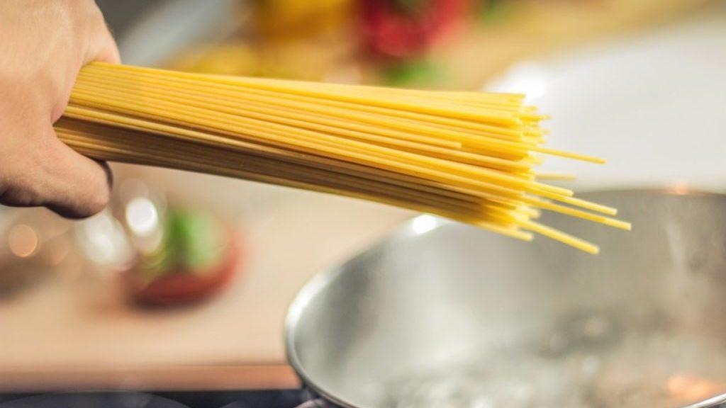 Spaghetti boven pan