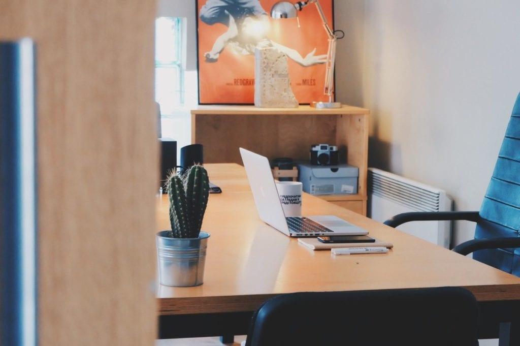 Thuiskantoor met bureaustoel en laptop