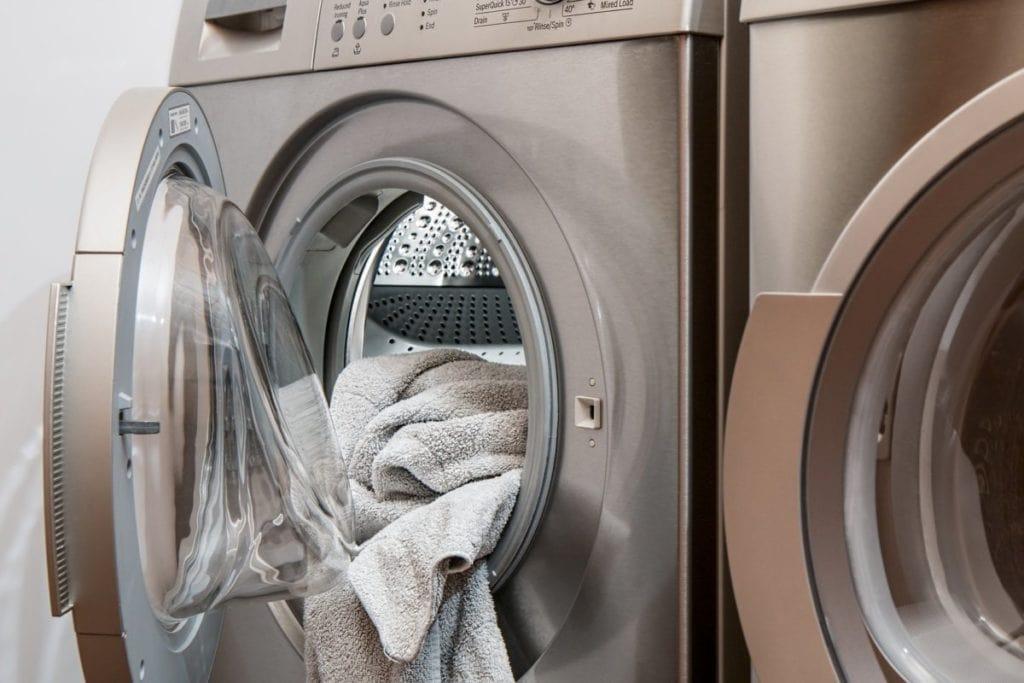Wasmachine met kleding eruit