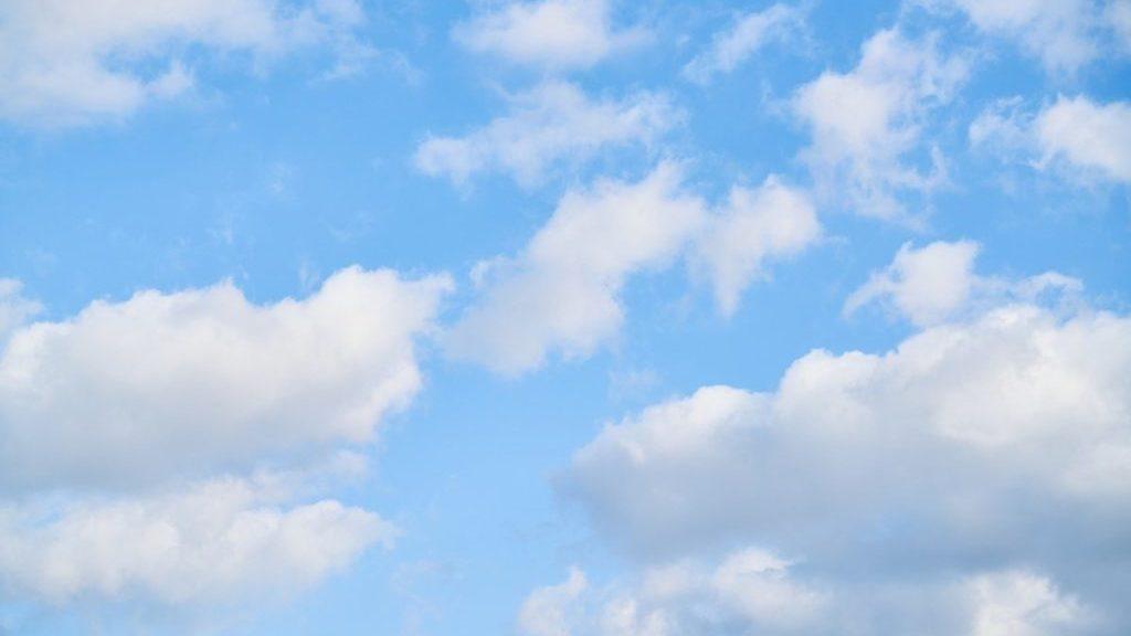 Wolken in blauwe lucht