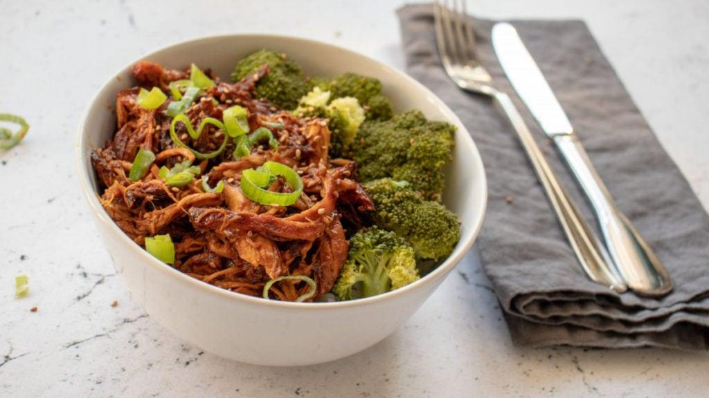Zoetzure sesamkip in een bakje met broccoli