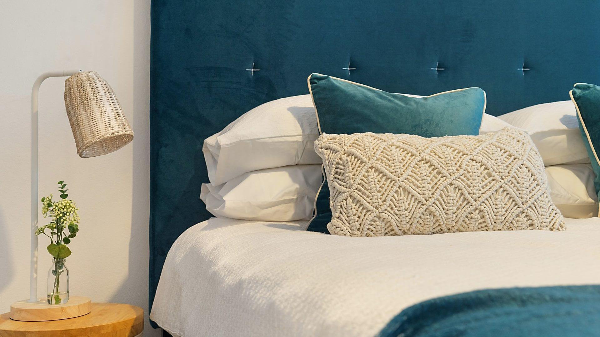 Opgemaakt bed met blauwe accenten