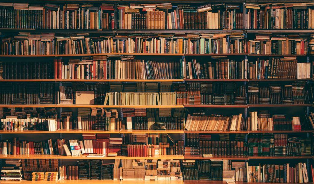 Vooraanzicht boeken in bibliotheek