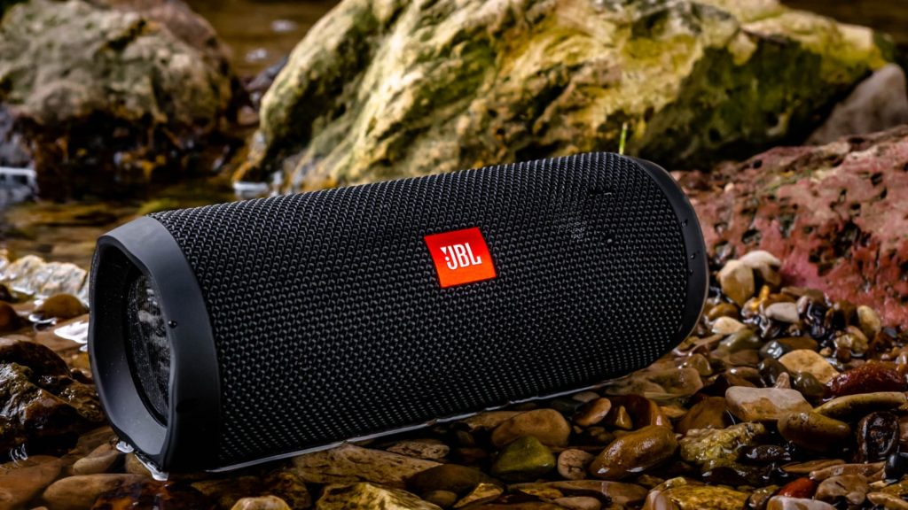 JBL draadloze speaker in het water