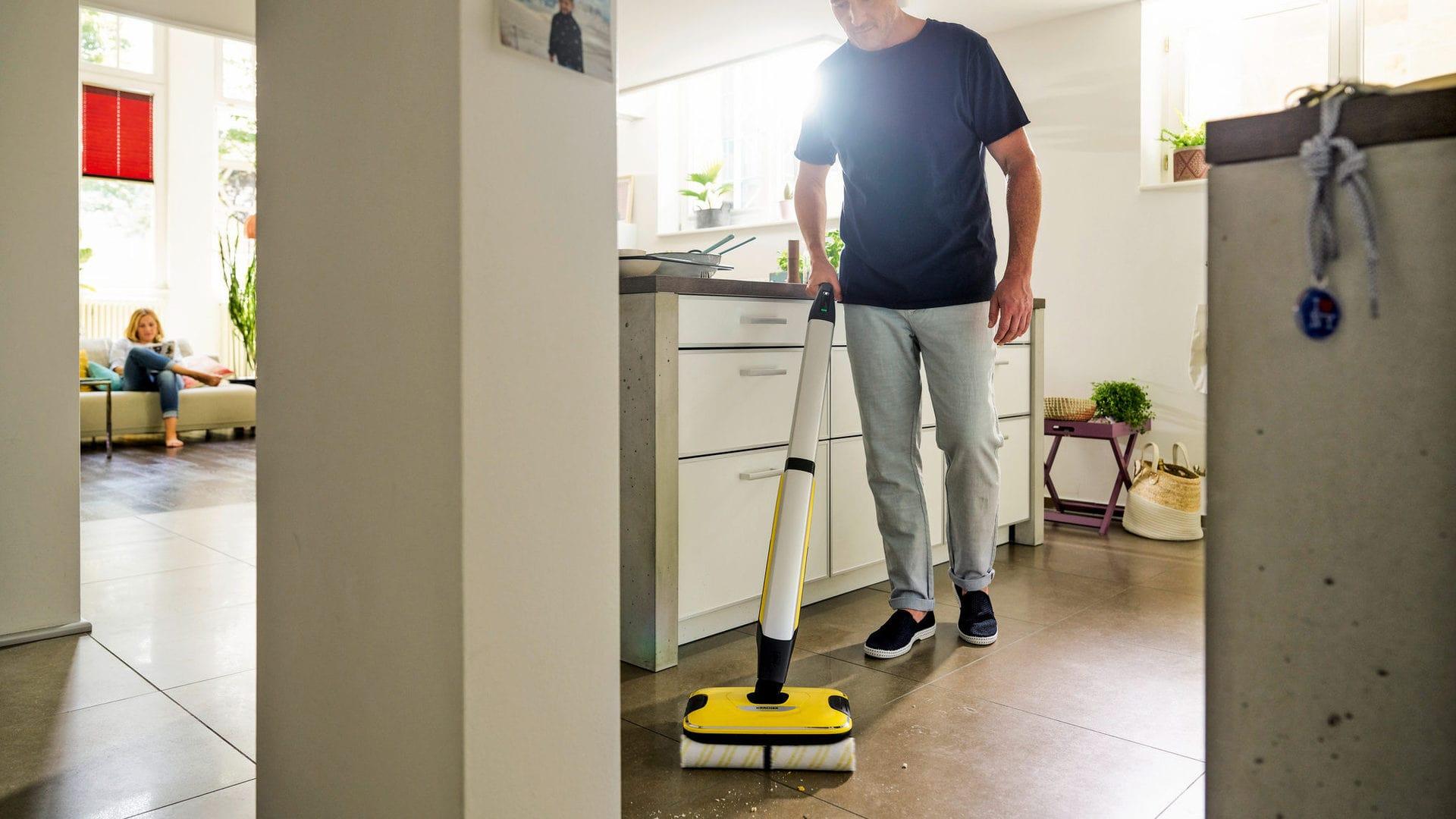Vloerreiniger in gebruik in keuken