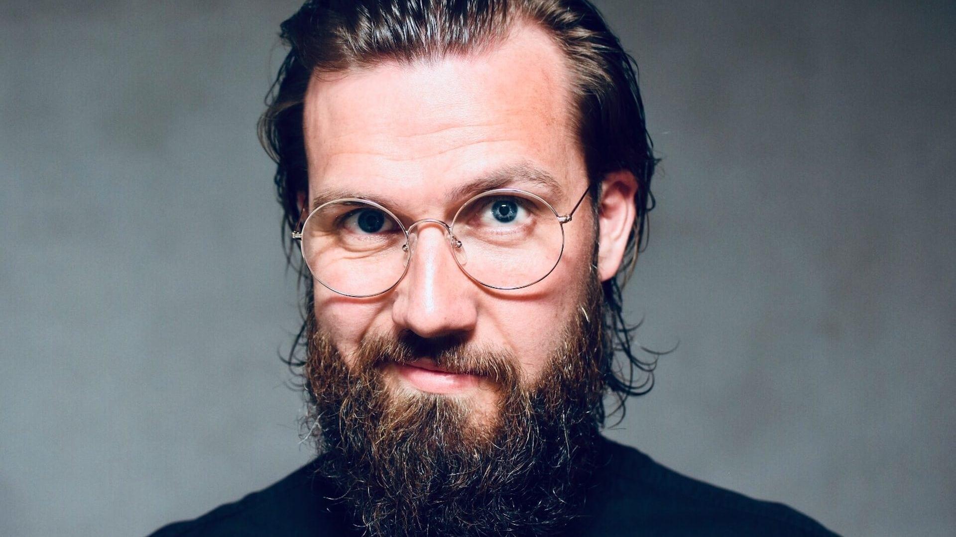 Man met bril en langere baard