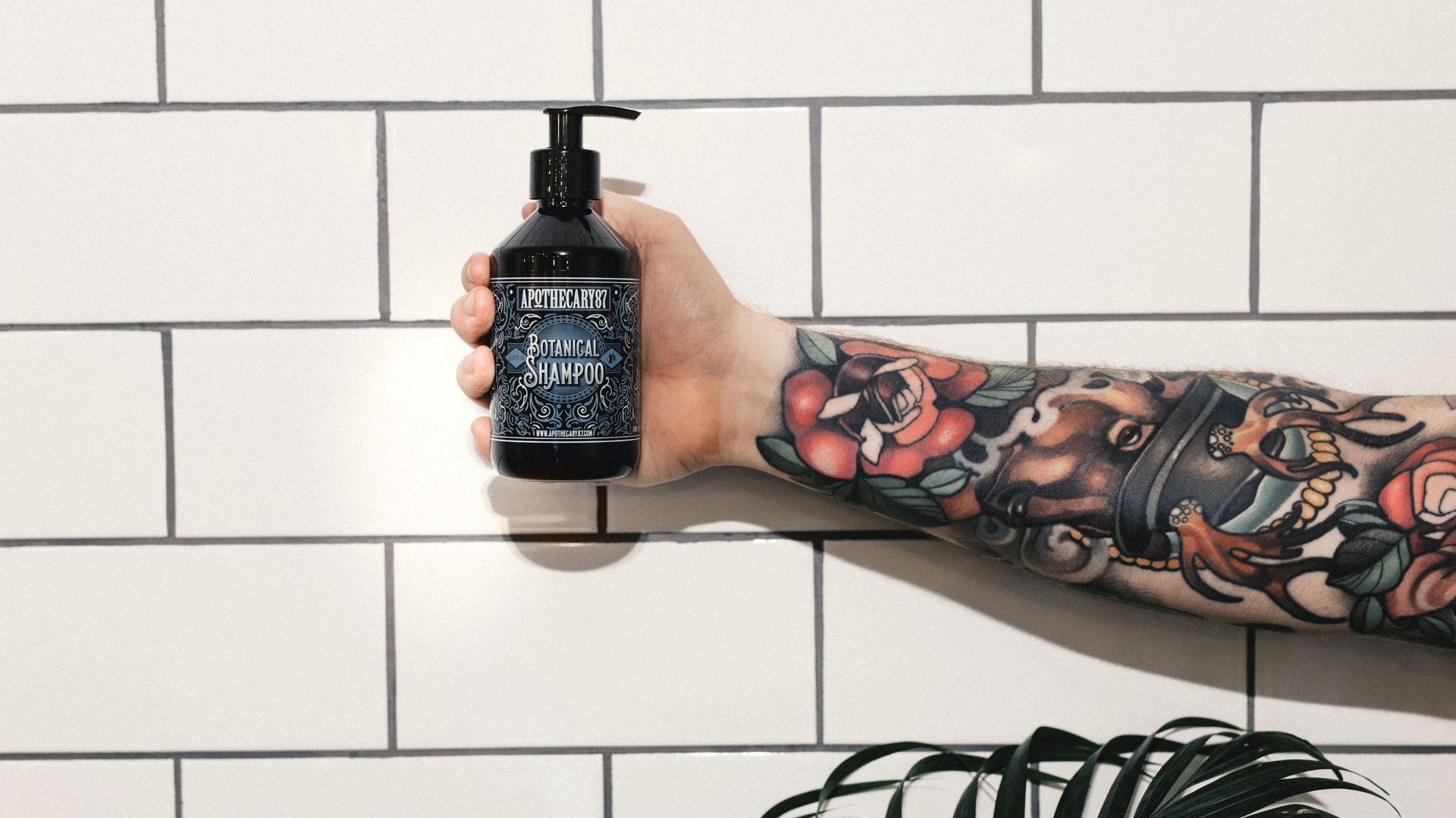 Persoon met flesje shampoo