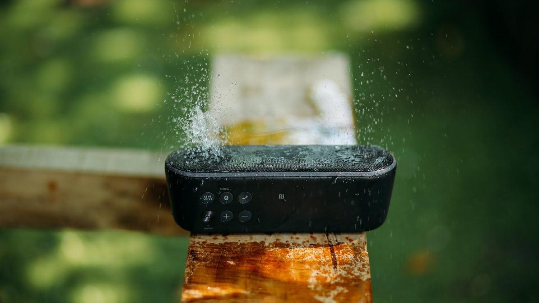 Bluetooth-speaker in de regen
