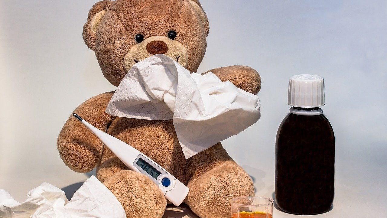 Teddybeer met tissues, thermometer en medicijnen. Vooraanzicht.