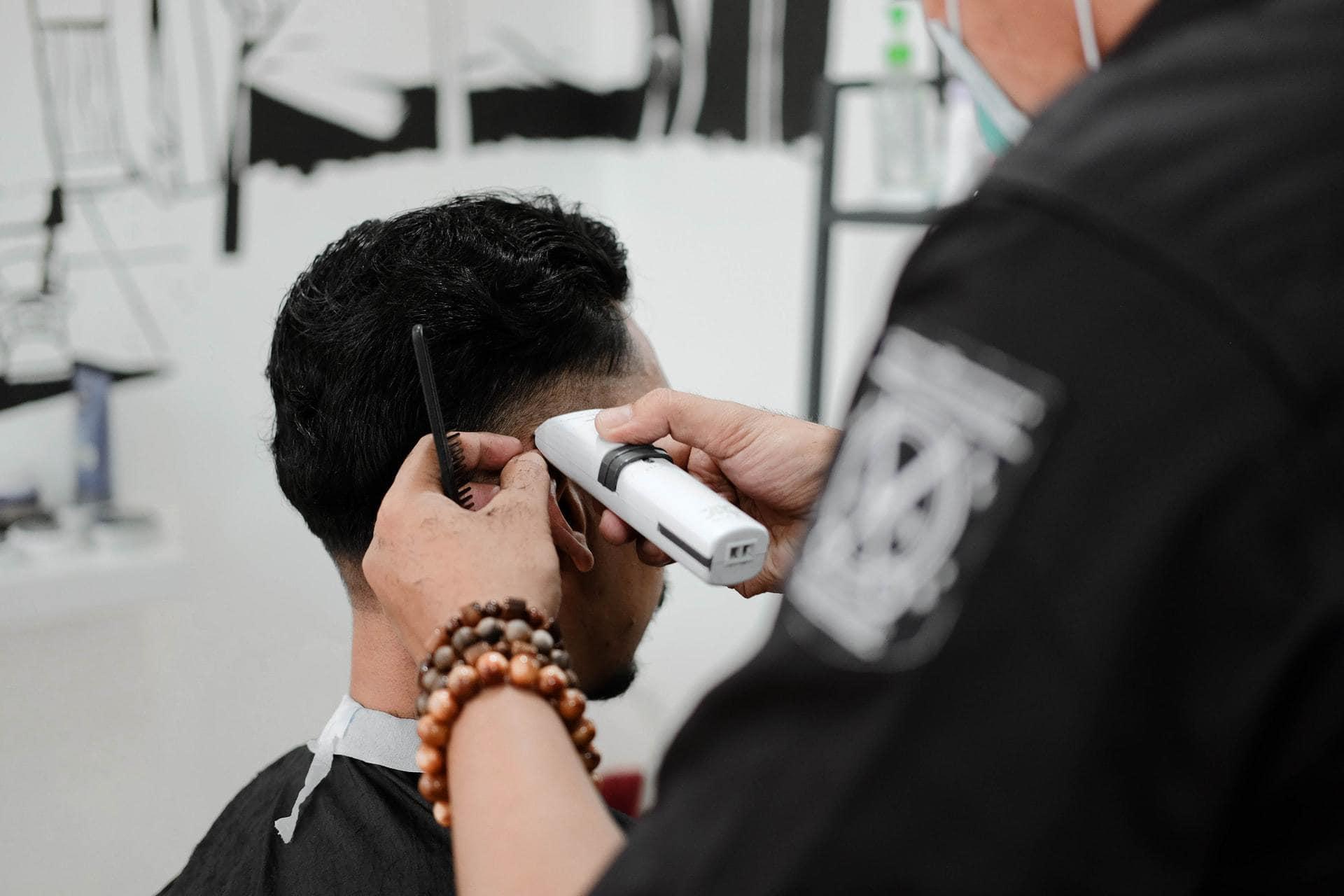 Tondeuse in gebruik bij de kapper