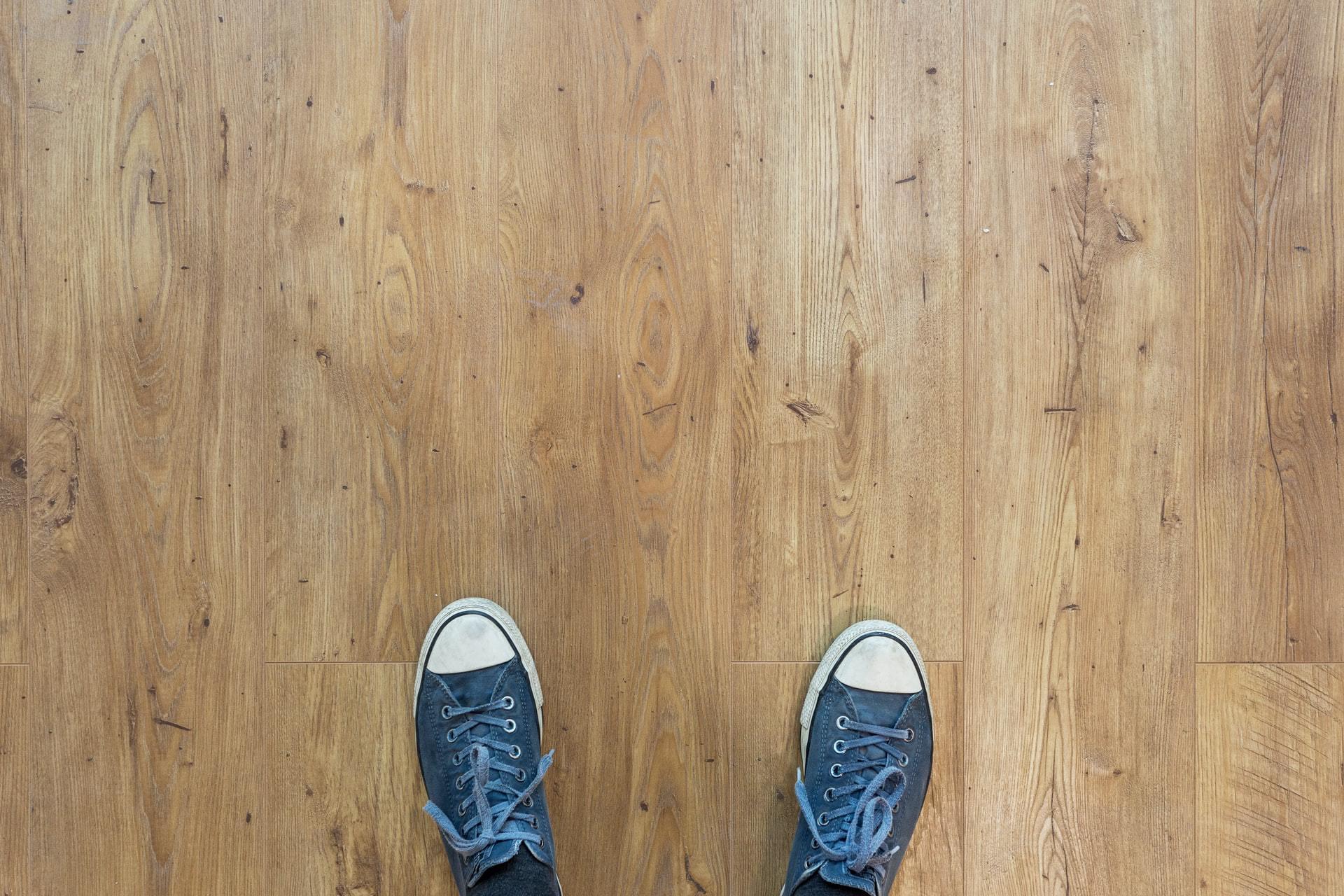 Houten vloer met Converse schoenen, bovenaanzicht