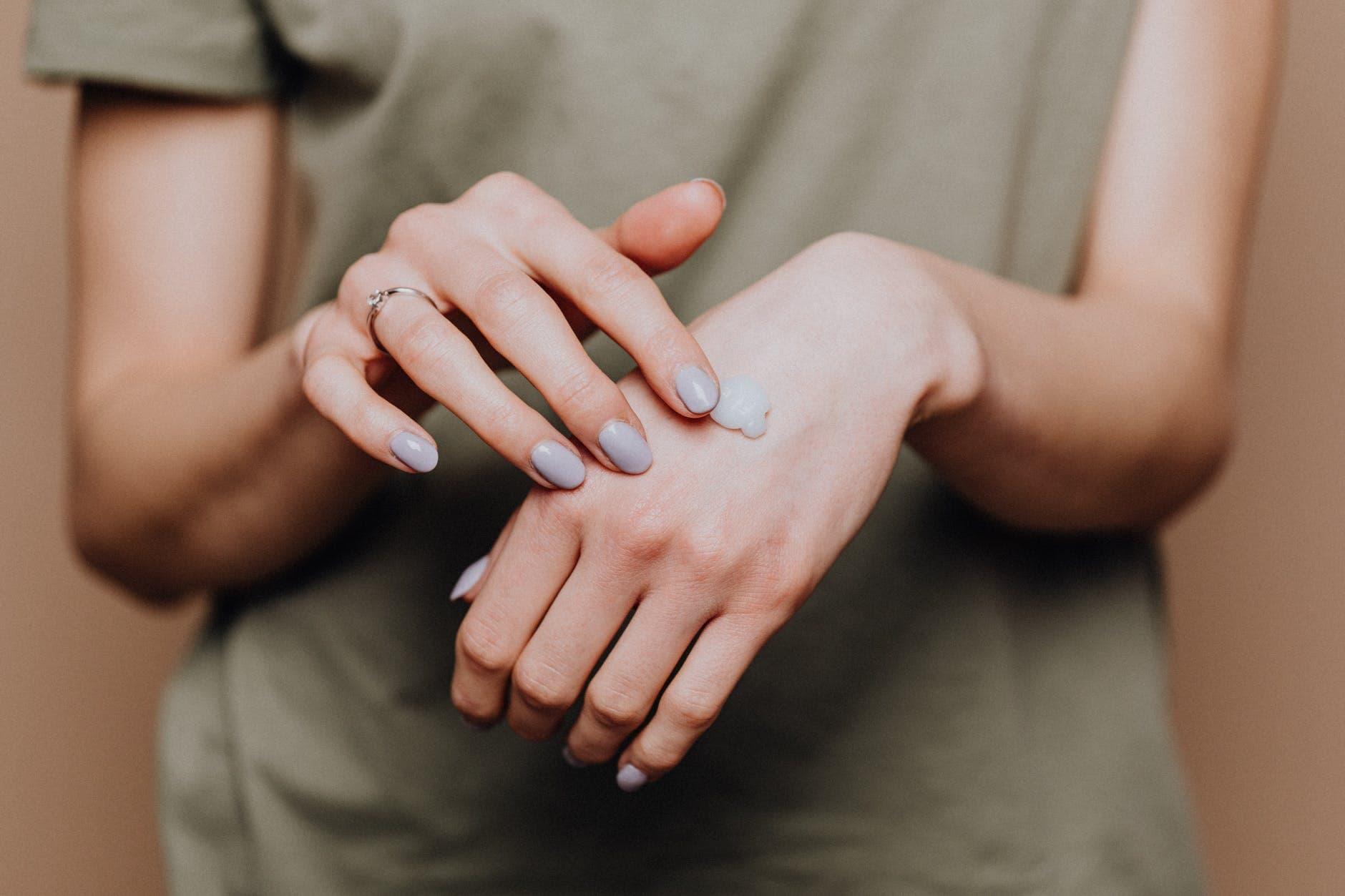 handen insmeren met handcreme