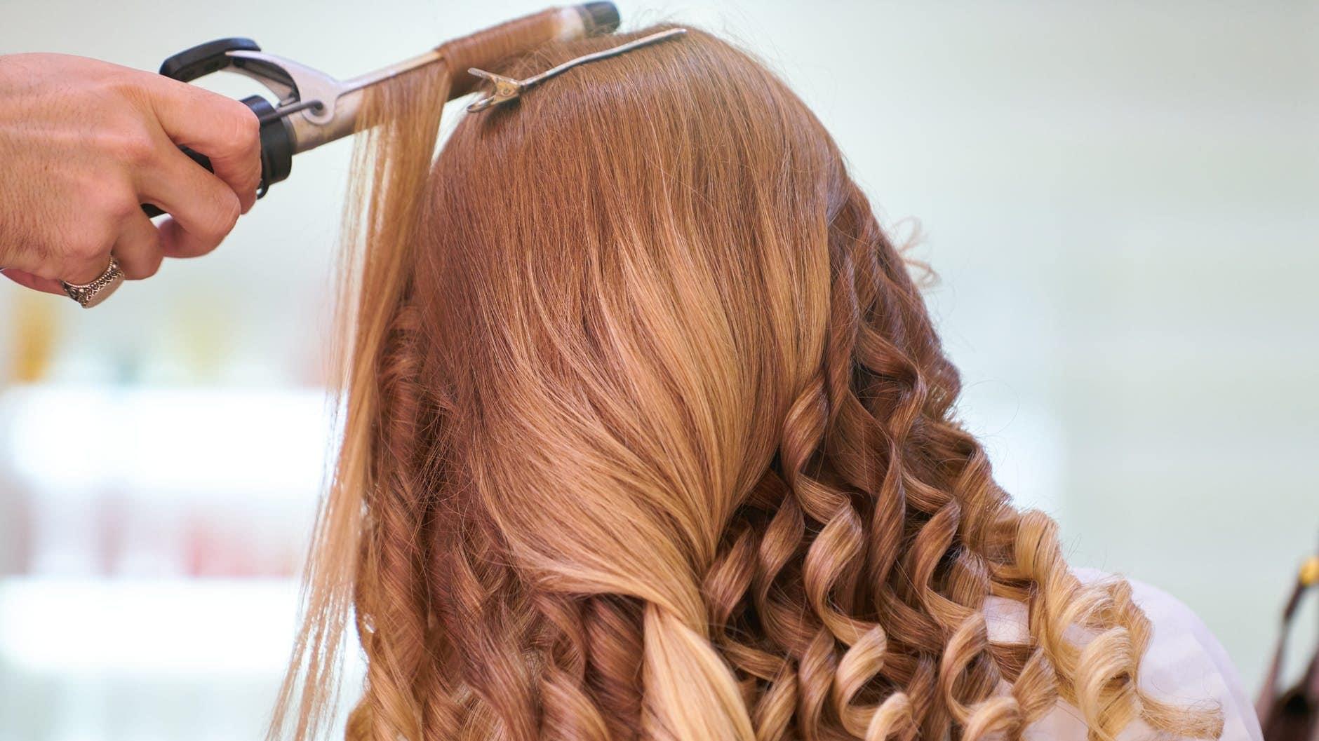 Krullen maken in rood haar met een krultang