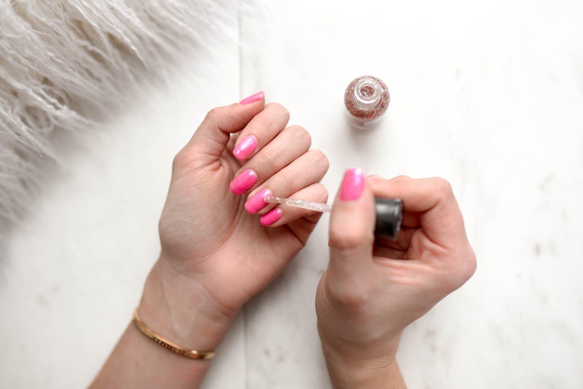 nagels roze lakken met kwastje