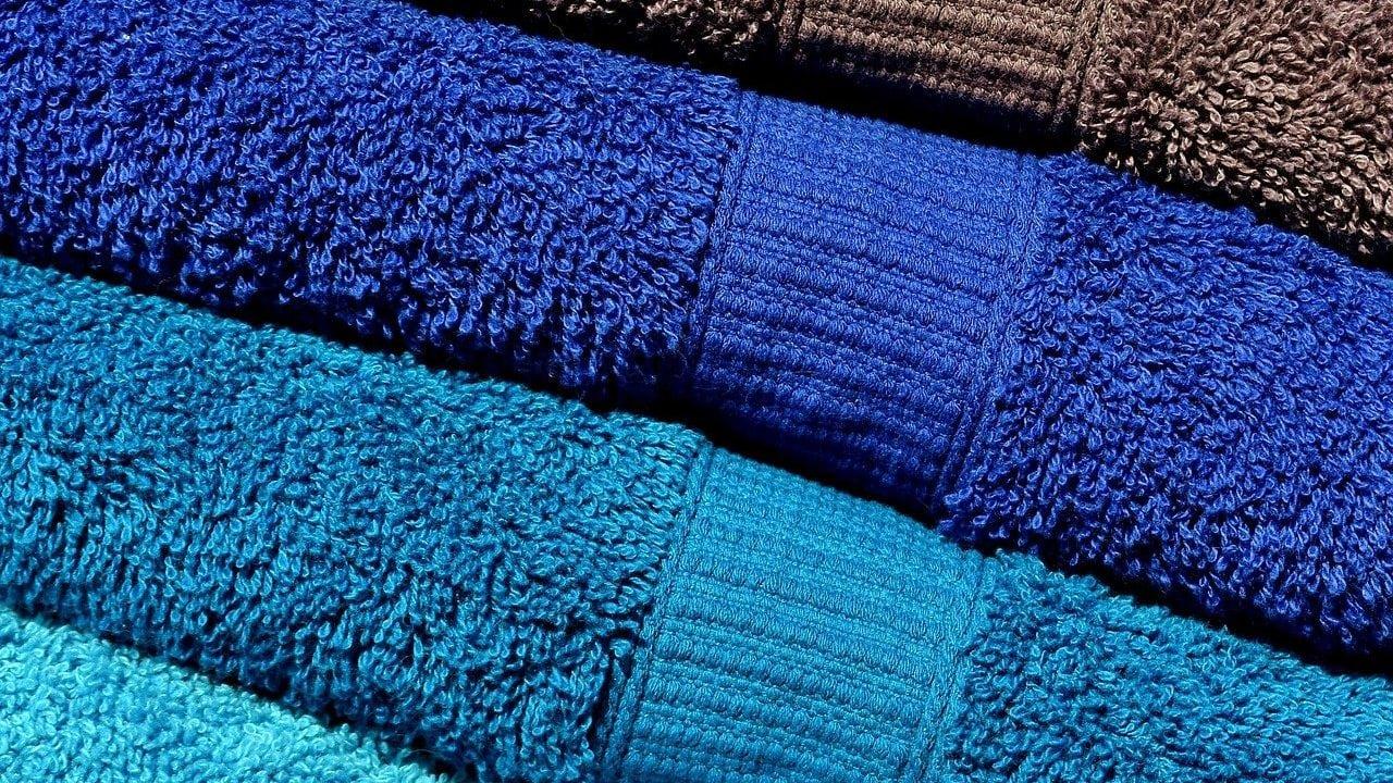 Blauwe en bruine handdoeken, bovenaanzicht