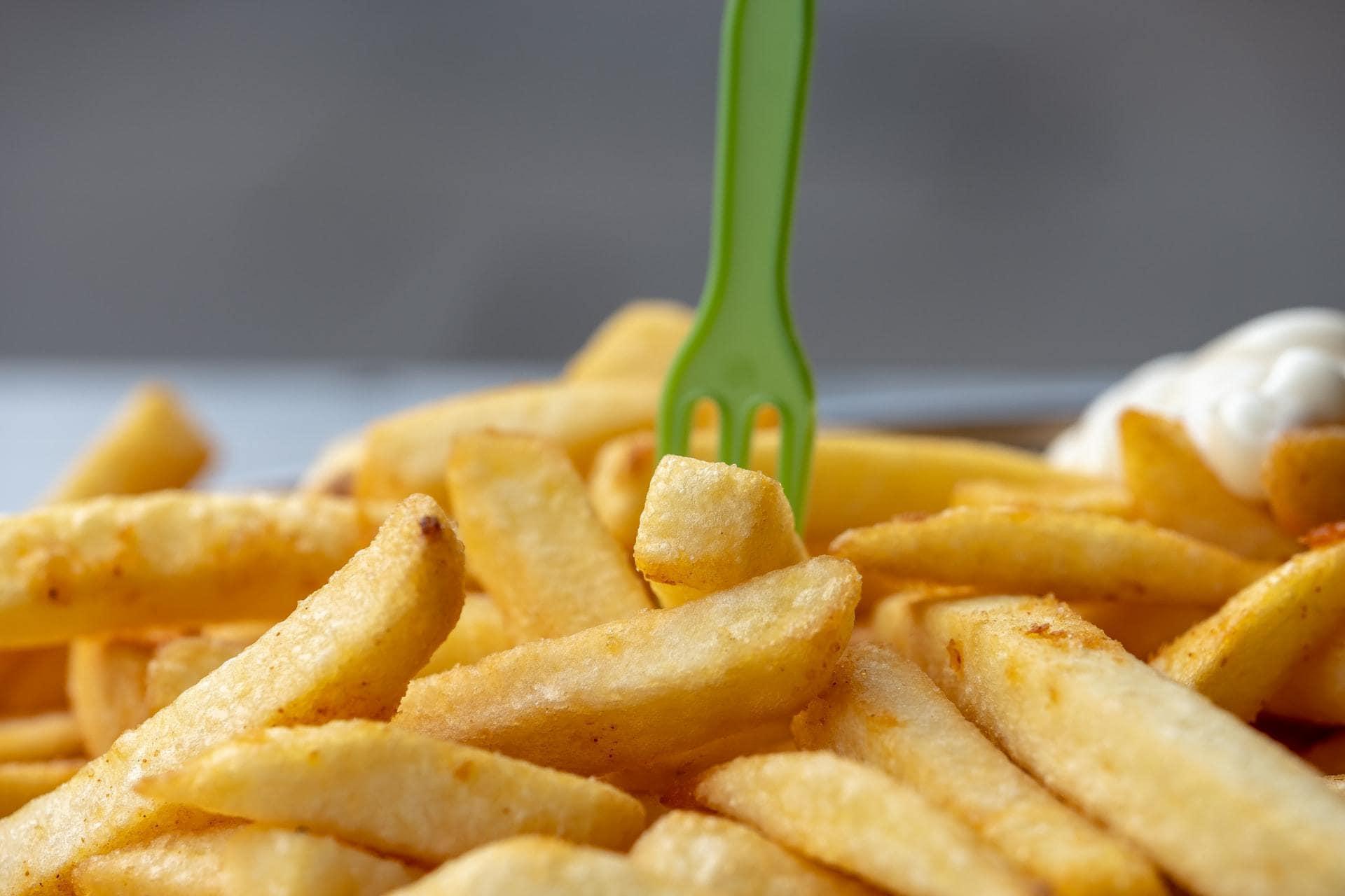 Frietjes met groen vorkje erin