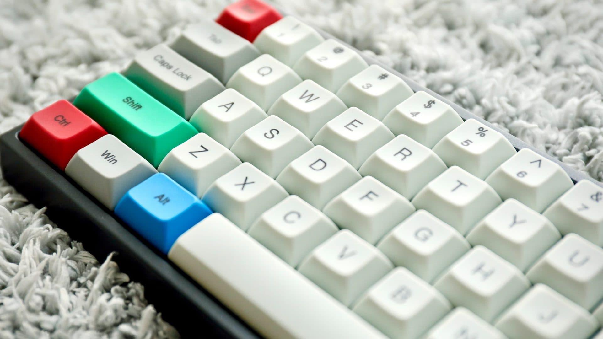 Toetsenbord met gekleurde toetsen, bovenaanzicht