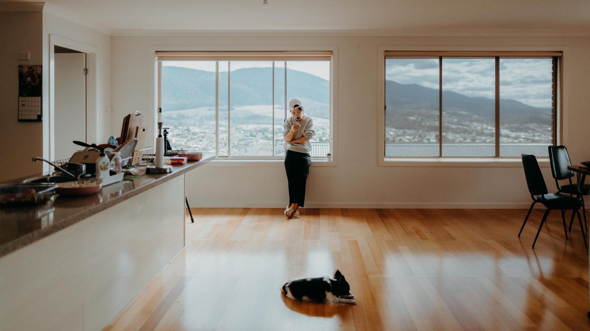 Open keuken met laminaatvloer