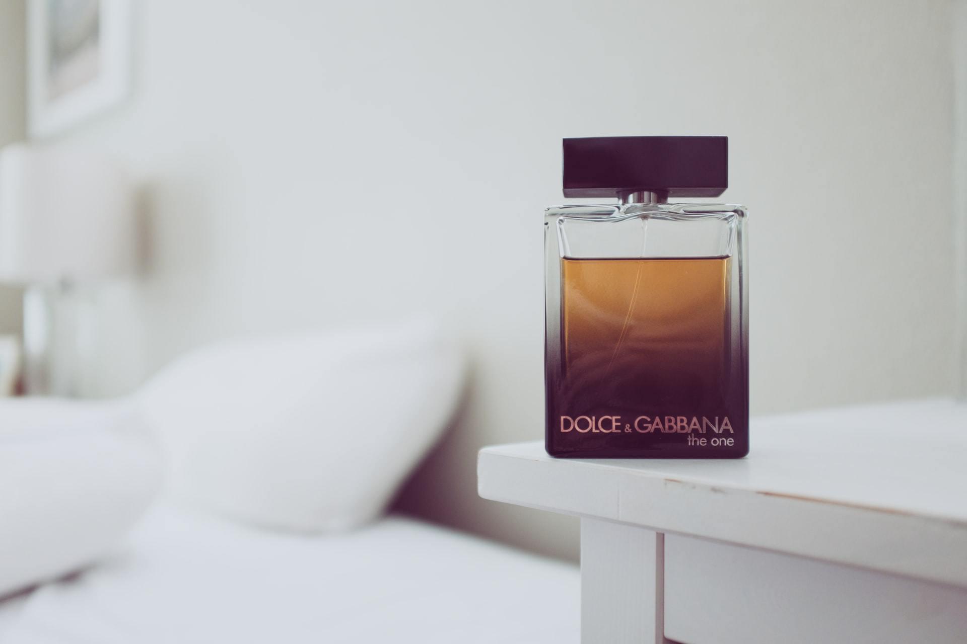 Mannenparfum op tafel