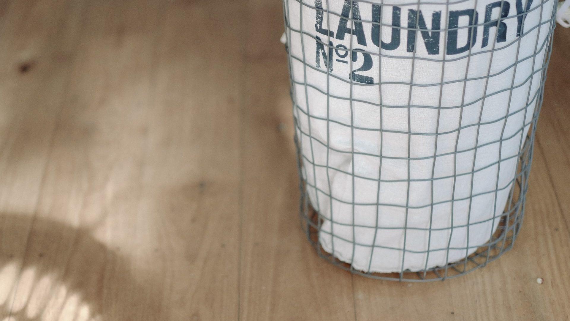 Wasmand op houten vloer, vooraanzicht