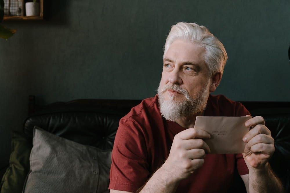 Man Met Grijs Haar En Grijze Baard Met Rood Shirt