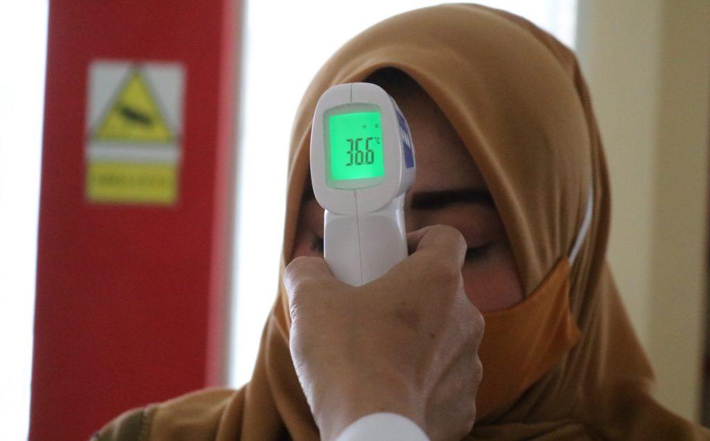 Voorhoofdthermometer In Actie