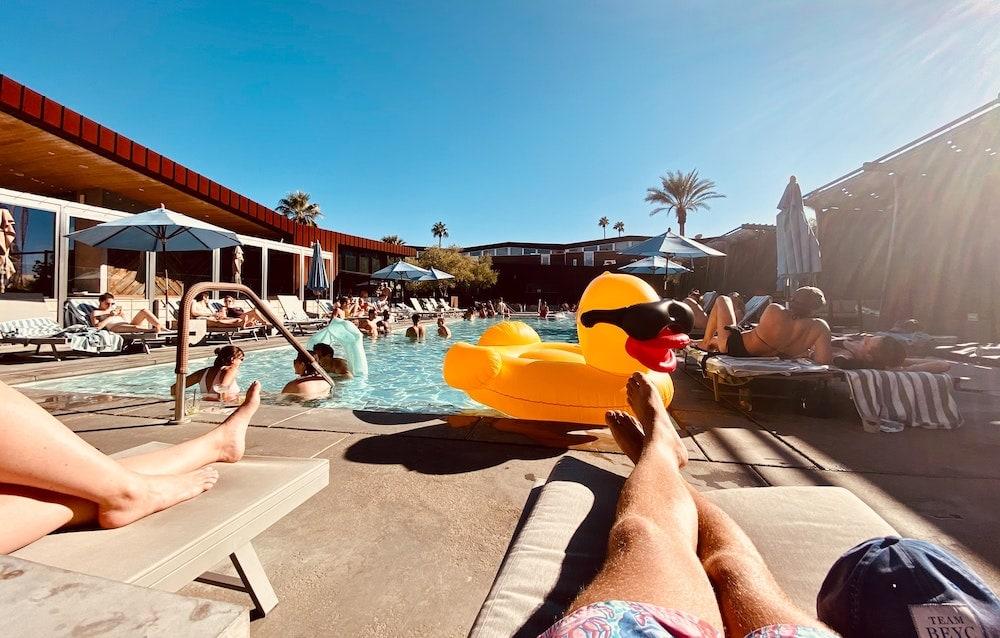 Zonnende mensen bij het zwembad