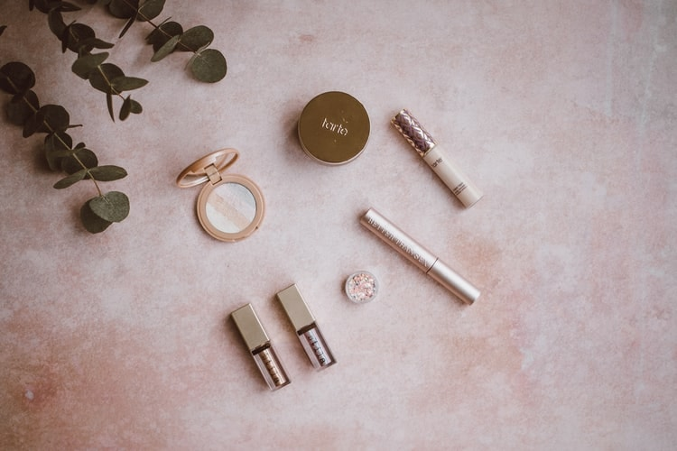 makeup producten op tafel