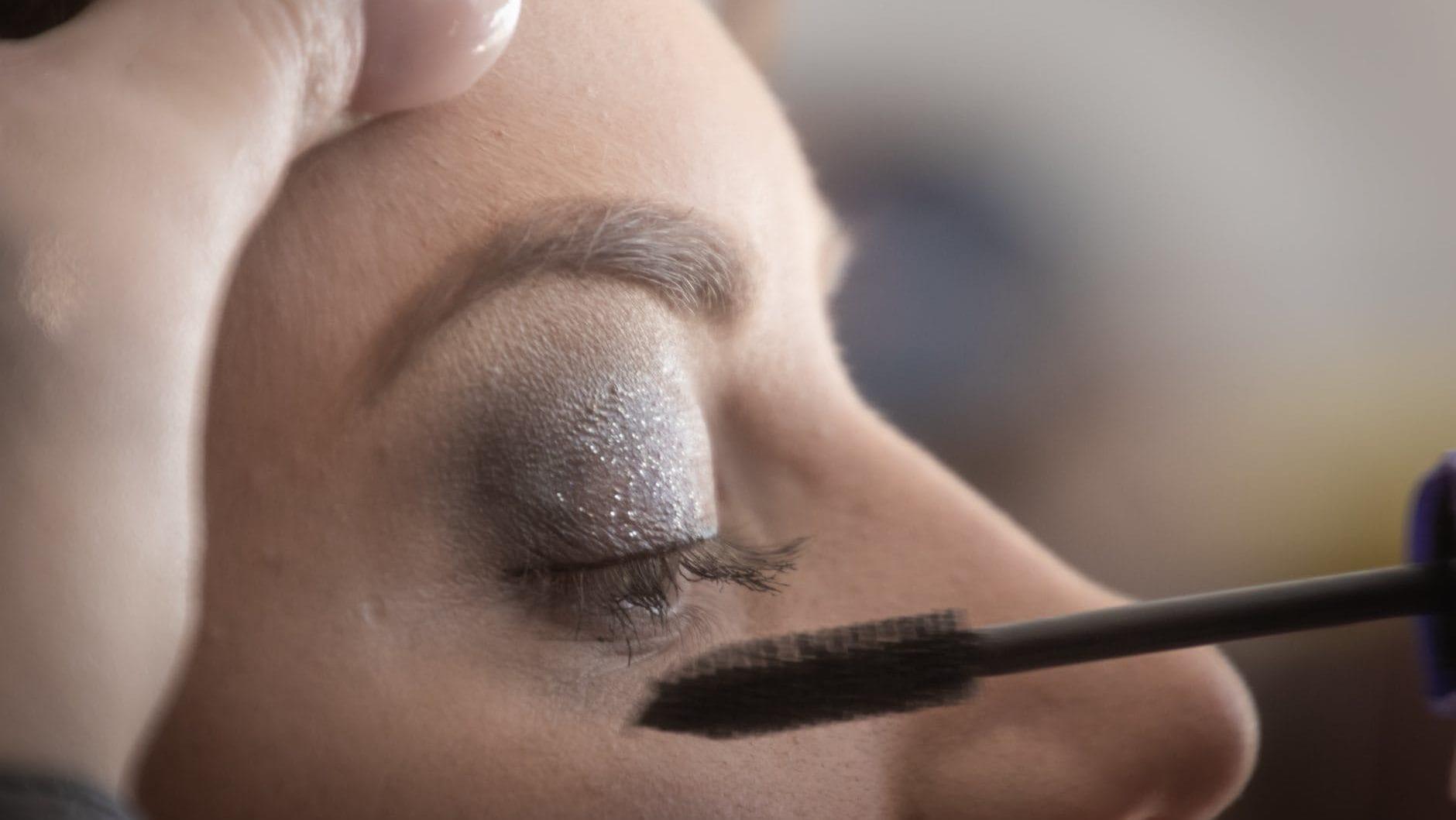 mascara aanbrengen op wimpers