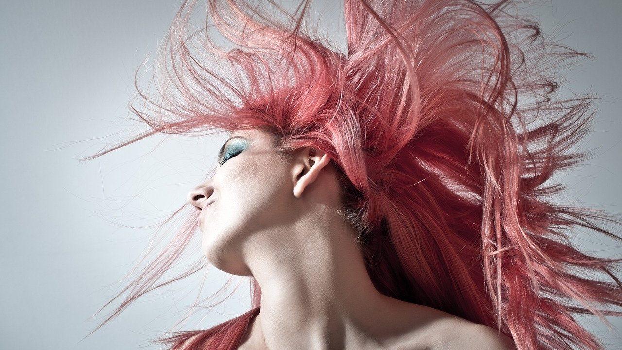 Persoon met roze haar, zij-aanzicht
