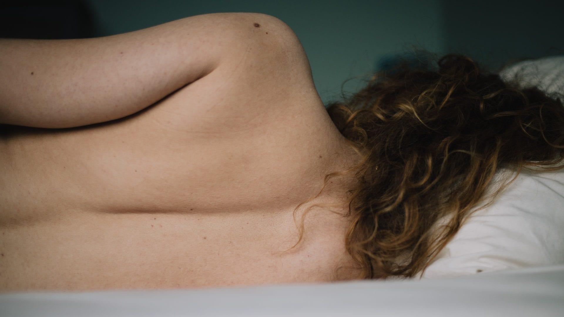 Vooraanzicht van blote rug