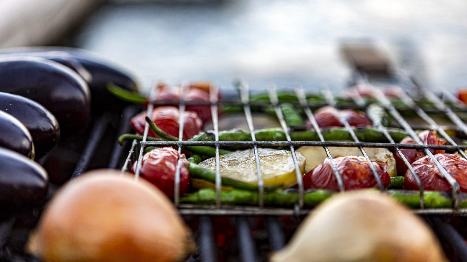 groene asperges, aardappeltjes, tomaten, uien en aubergine op bbq