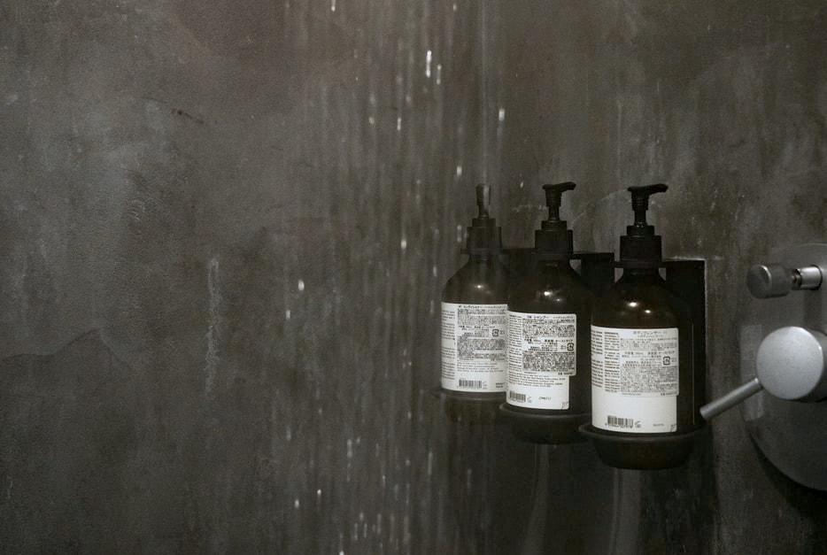 shampoo en dergelijke in strakgrijze douche