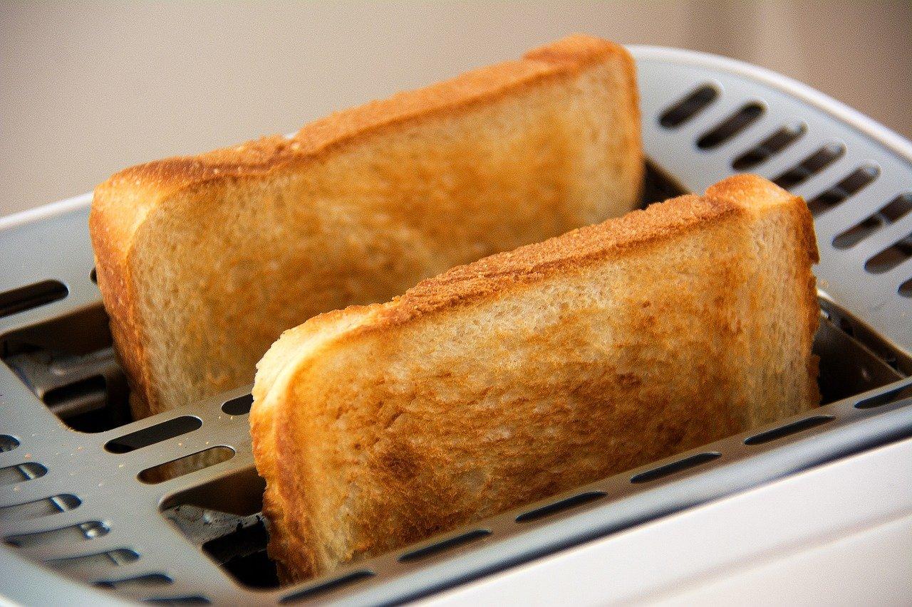 Toaster met boterhammen, bovenaanzicht